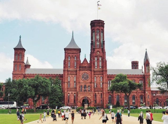 travelwith_caro_summer-day-on-national-mall-in-front-of-smithsonian-castle_yesmydccool