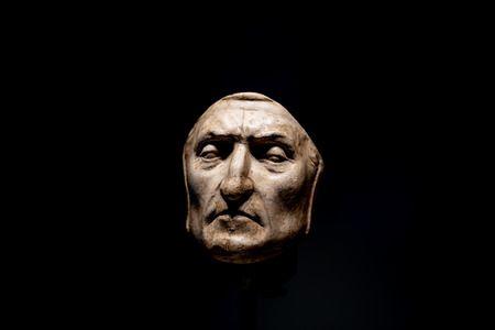 119470366-florence-italy-june-24-2018-closeup-view-of-death-mask-of-dante-alighieri-in-palazzo-vecchio